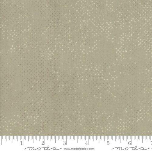 Spotted Taupe 1660-12 van Zen Chic Moda. Moderne bijna effentaupe quiltstof met witte stippen.Quiltstof, 100% katoen, online kopen bij quiltkompas
