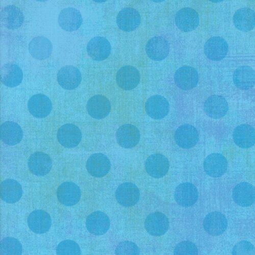 Quiltstof van Basic Grey voor Moda Basic. Midden-blauwe stippen op lichtblauwe ondergrond. Quiltstof, 100% katoen