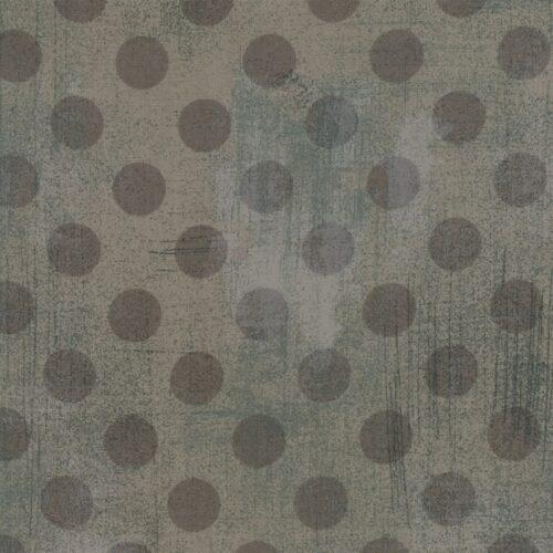 Quiltstof 100% katoen. Basic Grey voor Moda. Donkergrijze stippen op middengrijze ondergrond.
