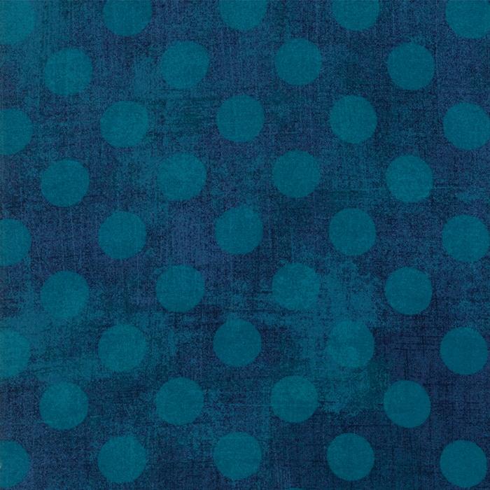 Quiltstof van Basic Grey voor Moda Basic. Middenblauwe stippen op donkerblauwe ondergrond. Quiltstof, 100% katoen