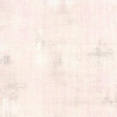 Een witte grunge quiltstof, effen met grijze en rose vegen. Lieflijke lichte kleur in allerlei schakeringen lichtroze. Quiltstof, 100% katoen