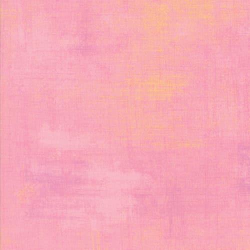 Quiltstof van Basic grey voor Moda. Licht roze met een klein vleugje geel. Quiltstof, 100% katoen