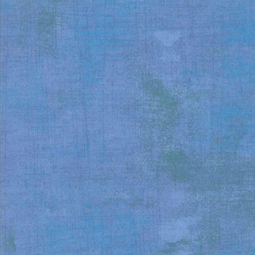 Quiltstof van Basic grey voor Moda. Een blauwe grunge, met groene veegjes.Quiltstof, 100% katoen