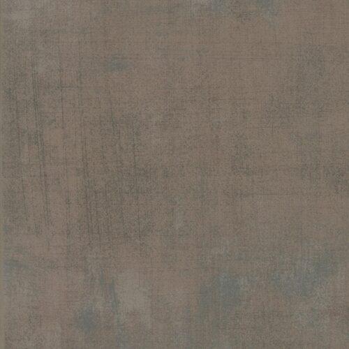 Quiltstof van Basic grey voor Moda. Een taupe-kleurige effen grunge, met donkere veegjes. Quiltstof, 100% katoen