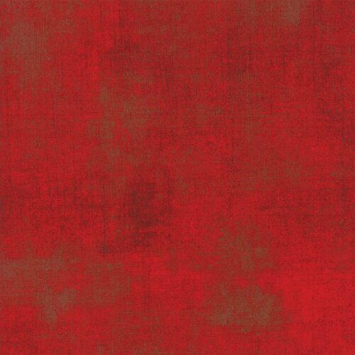 New Formula One Grunge Moda, basic Grey. Fel rode bijna effen quilt stof, met auberginebruine vegen als modderspatten op een auto. Quiltstof, 100% katoen