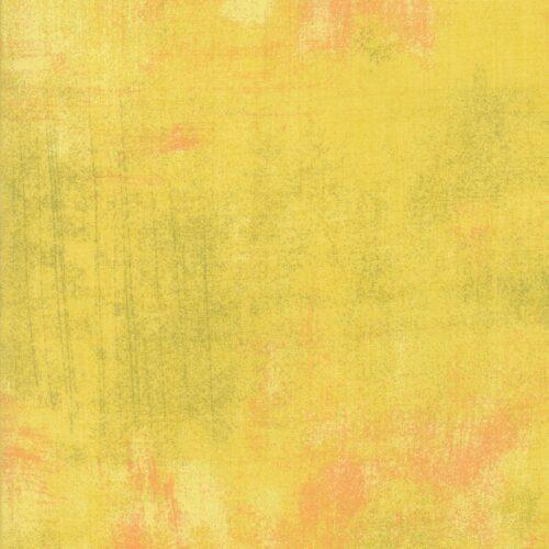 New Curry Grunge.Een supermooi gele quilt stof. Bijna effen banaangeel met zachtoranje en lichte vegen en bruine spettertjes.Quiltstof van Basic Grey.