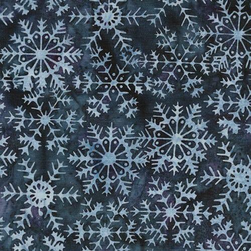 Een blauwe batik quiltstof met witte ster/ijskristal van Henley Studio. Quiltstof, 100% katoen