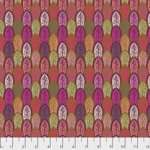 English Summer Preening - Zinnia. Moderne, veelkleurige (maar vooral rood, roze en paarse) quiltstof met motief van bladeren. katoen